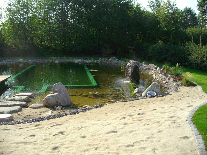 Schwimmteich mit Strand